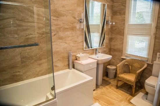 Cambridge Villa Hotel: Bathroom