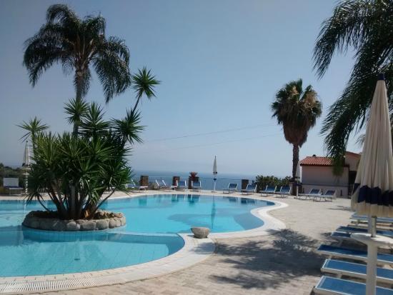 Hotel Residence Rosy: La piscina è molto curata, la zona bimbi è divisa da quella adulti