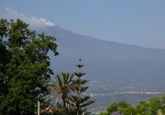Villa Daphne: View from balcony to Etna