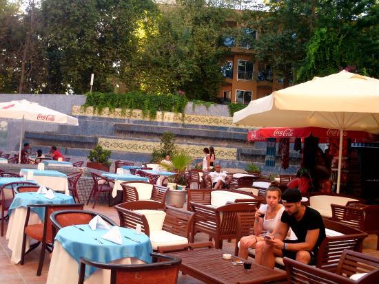 Aqua Plaza: Restauracja na dziedzińcu