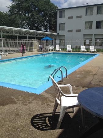 Motel 6 Providence - Warwick: shabby pool