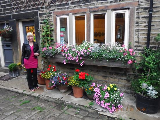 Over the Bridge Bed & Breakfast: Colourful flower display