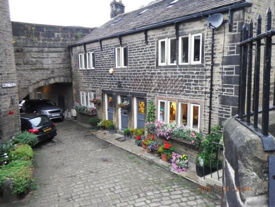Over the Bridge Bed & Breakfast: Lovely building hidden away from the busy main road