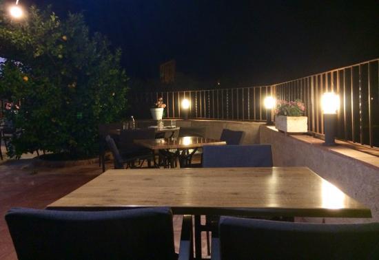 Foto de restaurante la roca peratallada jard n comedor for Restaurante la roca