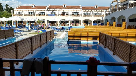 Piscine partage sharing pool picture of roda beach for Pool show lyon france