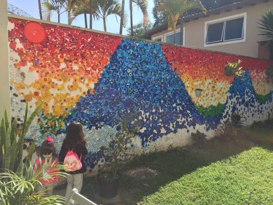Morumbi Hostel: O famoso muro de tampinhas!