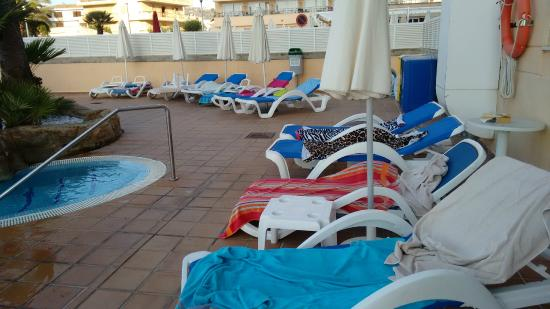 Hotel Levante: Reserved sunbeds with nobody in sight