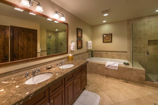 Great Bear Lodge - Tahoe Mountain Lodging: Bathroom at Great Bear Lodge