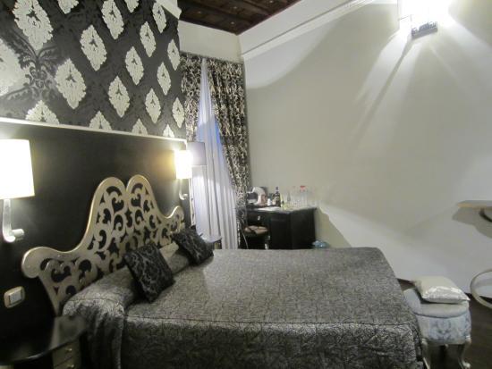 Locanda del Sole Luxury Suite Rome: Spacious and beautiful room
