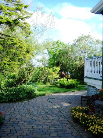 Le g te est agr ment d 39 un magnifique jardin picture of for Auberge des iles du bic