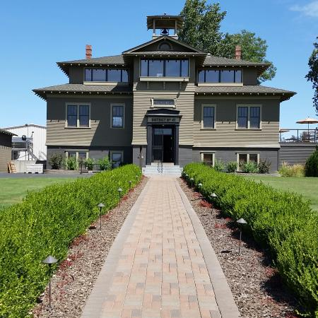 Lowden, Вашингтон: The 1904 country school house is now the home to great wines.