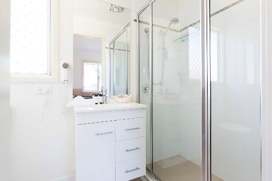 Kirra Beach Tourist Park Two Bedroom Villa Bathroom