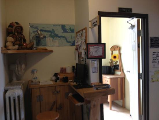 La petite salle d ner picture of auberge jeunesse de for Auberge de jeunesse la maison price