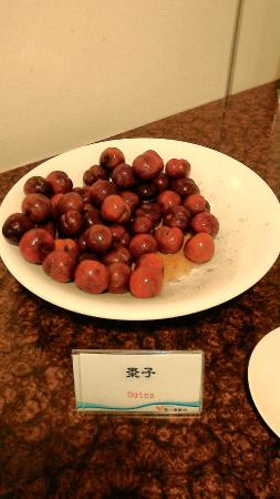 Uni Resort-Kenting : 鹽漬的紅肉李與棗子,餐點標示傻傻分不清