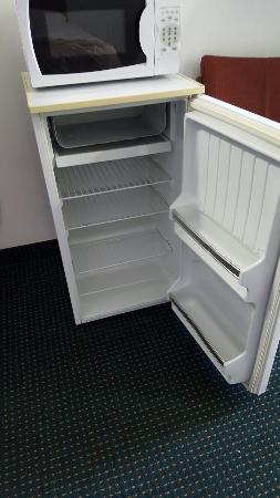 Econo Lodge Newport: Room 302 Mini fridge and microwave was nice and clean