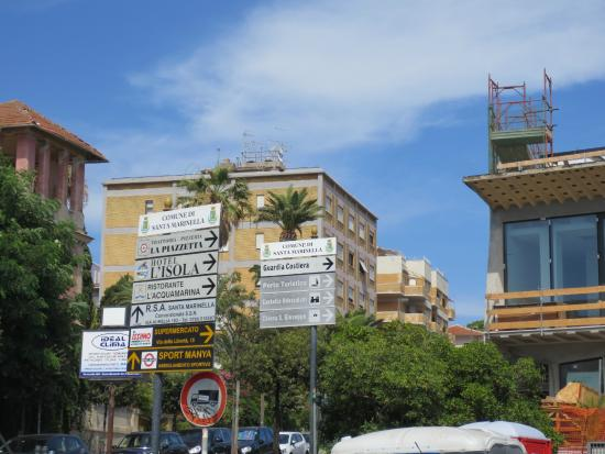 Hotel L'isola: Signs near beach to tell u direction to hotel