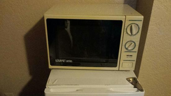 Howard Johnson Inn & Suites San Antonio: Microwave in king suite