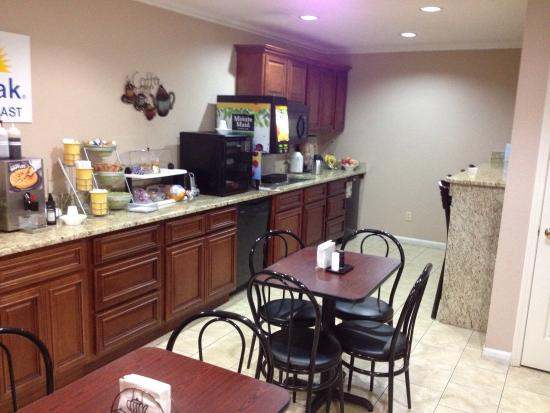 Days Inn Savannah: Breakfast area... small, but clean.  Pretty good hot breakfast.