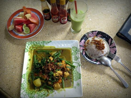 Ibu Putu's Warung : Tasty lunch and complimentary fruit platter