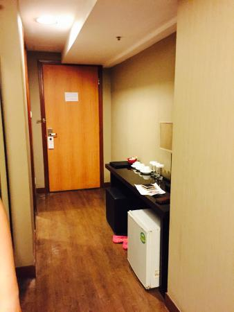 Sunny Day Hotel (Tsim Sha Tsui): walk way, bathroom is on the left