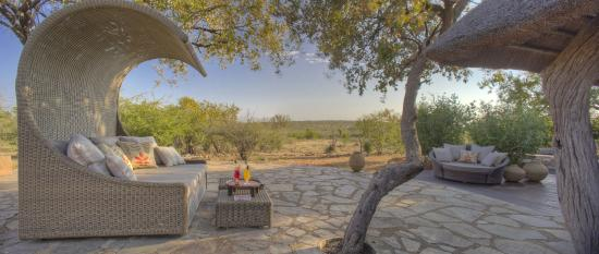 Rhulani Safari Lodge: Relaxing hours on the daybed with view to the waterhole