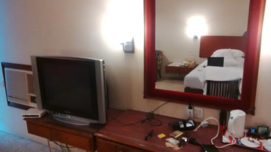 Woodlands Hotel: Old style tv not clearly visible from Bed