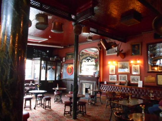 King William IV Hotel & Bar: パブ