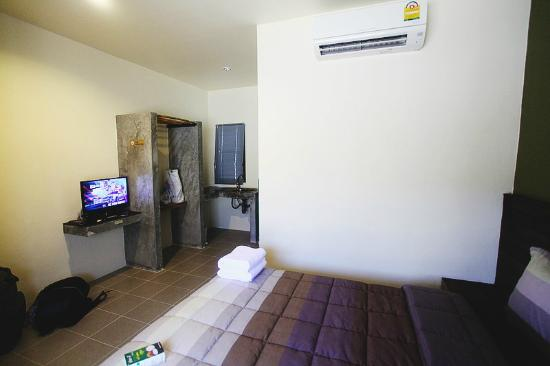 3 Bees Guesthouse : Вид с кровати на телевизор и кухонную зону