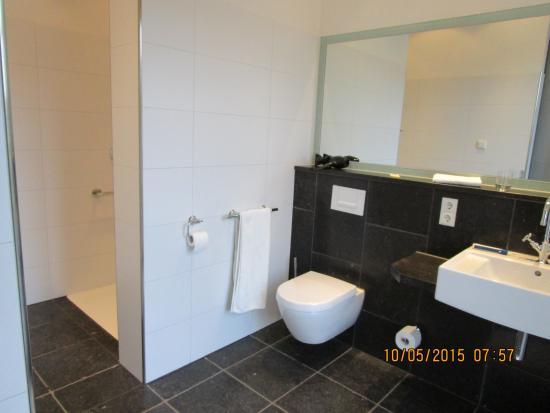 Weingutshotel St. Michael: Strakke, moderne en ruime badkamer, met grote inloop rainshower!