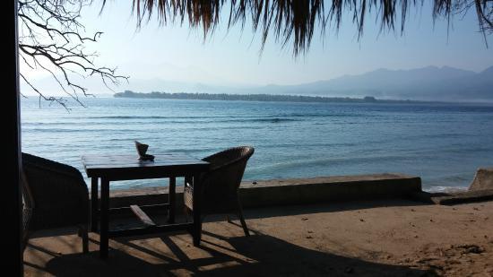 Biba Beach: Tavolo del ristorante a 2 metri dal mare