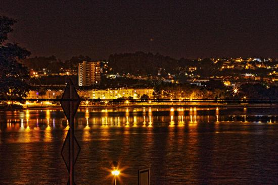 Hotel Crunia - A Coruña: Vista nocturna desde las habitaciones traseras a la ría.