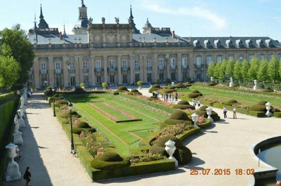 Fuente y palacio al fondo picture of palacio real de la for Jardines granja de san ildefonso