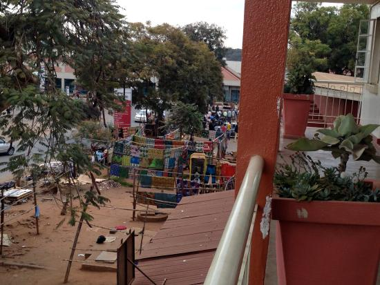 Kiboko Town Hotel : Craft market from the hotel's balcony