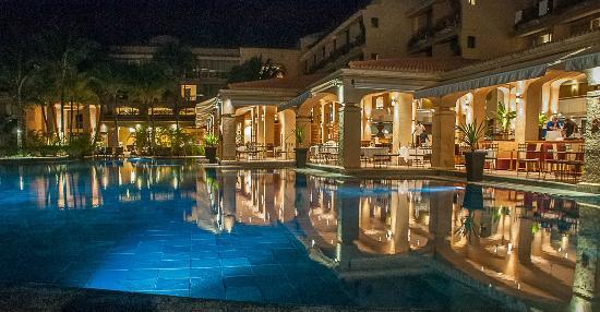 Mauricia Beachcomber Resort & Spa: la piscine, le soir