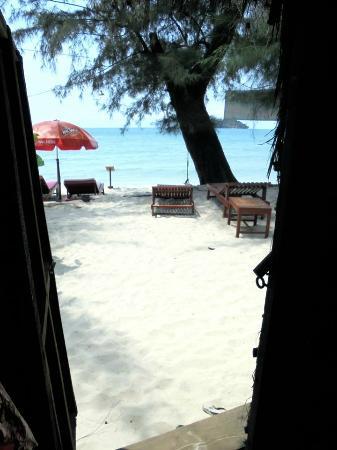 Banana Beach Bungalow & Restaurant : vue depuis l'entrée du bungalow