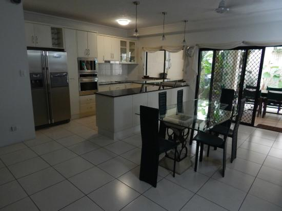 Cairns City Apartments : spacious and well equipped.