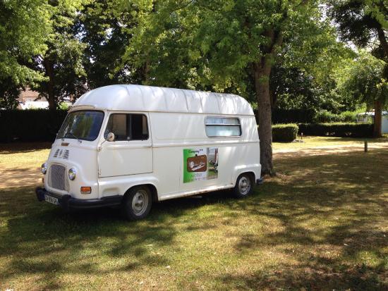 le bar et une caravane r tro en location photo de camping l 39 oeil dans le r tro avoise. Black Bedroom Furniture Sets. Home Design Ideas