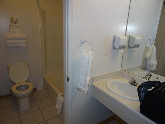 Super 8 Valemount: Salle de bain