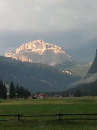 Soggiorno Dolomiti: Il Pordoi vista dall'albergo