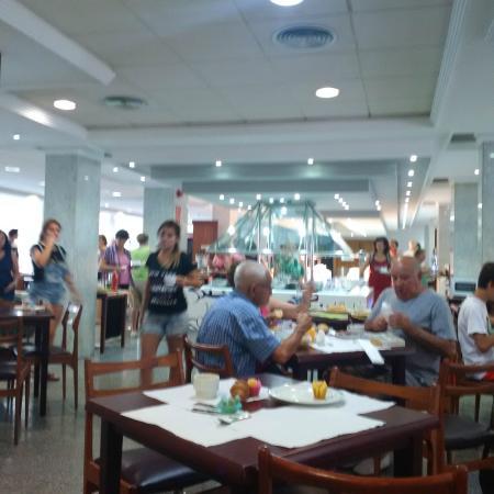 Hotel Melina: Enorm drukke ontbijtzaal