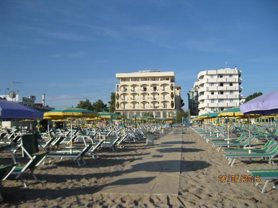 Ambasciatori Hotel: hotel visto dalla spiaggia