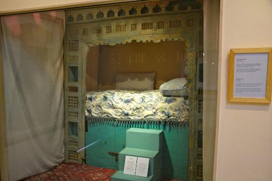 Museum of Moroccan Judaism: An enclosed bed