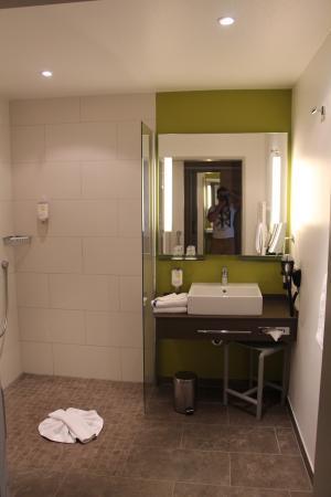 Hotel Magnetberg Baden-Baden: Ванная комната: просторная, чистая и современная.