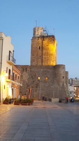 Castello svevo e a sinistra osteria dentro le mura bild for Dentro le mura