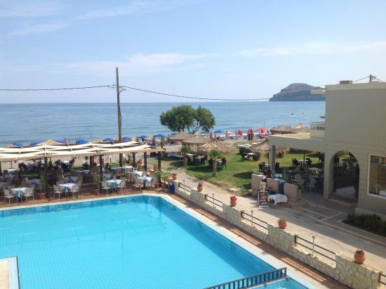 Hotel Erato : Usikt fra leiligheten på stranda med swimmingpoolen i forgrunnen