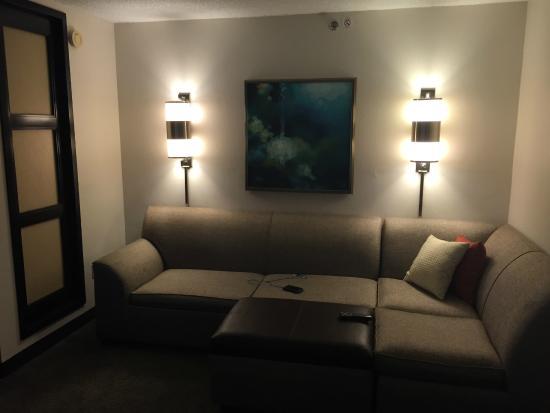 Hyatt Place Perimeter Center: Living room sofa with sleeper