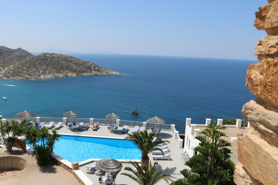 Hotel Katerina: Looking over the pool and out to the bay.