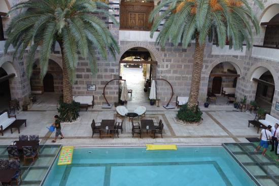 Kanuni Kervansaray Historical Hotel: Courtyard pool, Kervansaray Hotel, Cesme
