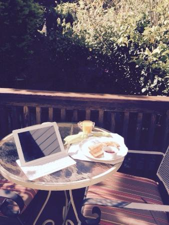 Union Street Inn: breakfast on the private patio outside the garden room