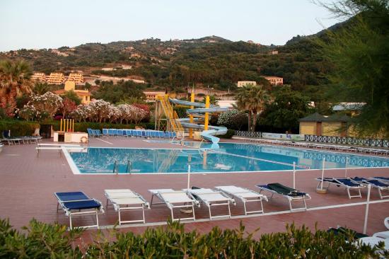 La piscina con i lettini e lo scivolo picture of calanovellamare piraino tripadvisor - Lettini piscina ...